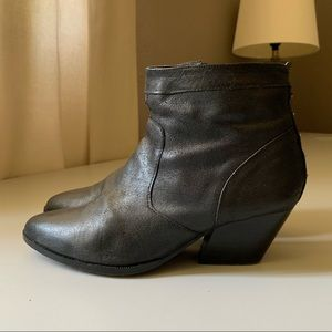 Dolce vita Ankle bootie black leather 6.5